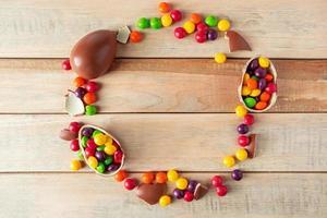 composición de pascua de huevos de chocolate y dulces. foto