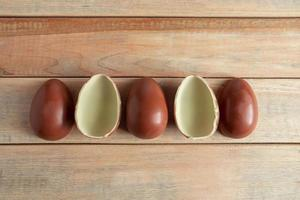 composición de pascua de huevos de chocolate dulce foto