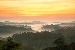 hermoso amanecer en las montañas de tailandia foto