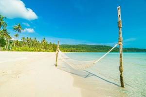 hamaca en la playa tropical foto