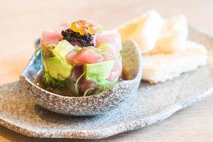 sashimi de atún fresco crudo con aguacate