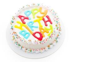 Pastel de feliz cumpleaños aislado sobre fondo blanco. foto