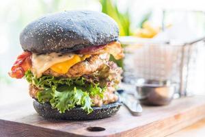 hamburguesa con pan negro