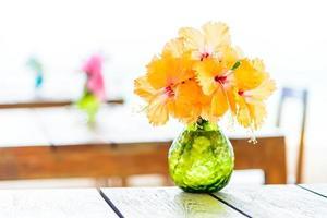 florero en mesa de madera