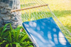 hamaca vacía en el jardín foto
