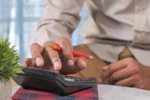 Contador con calculadora en el escritorio de la oficina