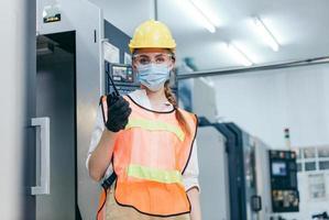 Trabajador de la construcción vistiendo equipo de protección con mascarilla