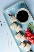 rollos de sushi cubiertos con salsa de sésamo