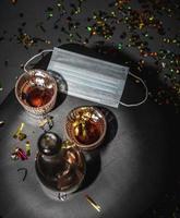 mesa con mascarilla de alcohol foto