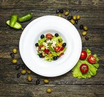 ensalada de verduras con aceitunas en el interior