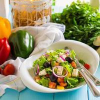 ensalada de verduras con tomate, lechuga, cebolla morada, pimiento morrón, aceituna y queso