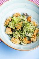 ensalada de verduras con pepitas fritas