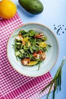 ensalada de verduras con gambas fritas