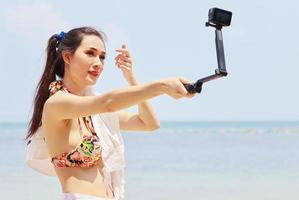 Hermosa mujer asiática feliz y relajada en las vacaciones de verano