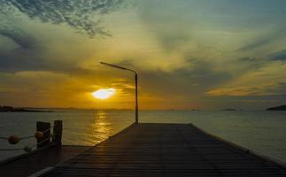 puente de madera por la belleza del mar foto