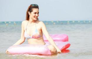 hermosa mujer disfrutando de relajarse en la playa
