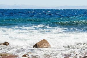 roca y olas foto
