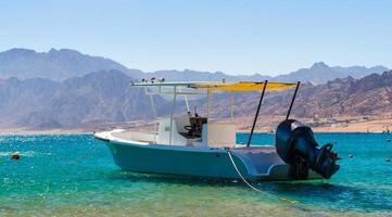 barco de motor en el mar foto