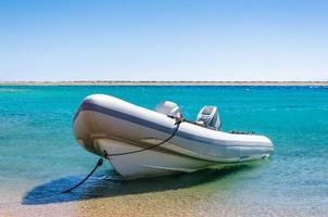 barco en el agua foto