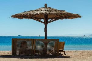 sombrilla de playa de bambú y sillas