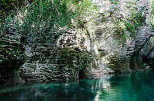 agua azul y roca