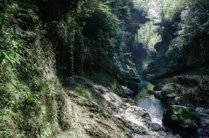 Cañón de Marville con rocas y río. foto
