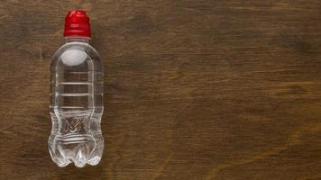 agua embotellada de plástico foto