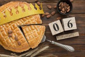 postres de tarta del día de la epifanía con espacio de copia de corona foto