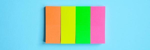 Notas estacionarias multicolores sobre fondo azul. foto