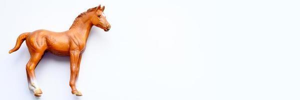 Figurilla de un caballo de juguete sobre fondo blanco. foto