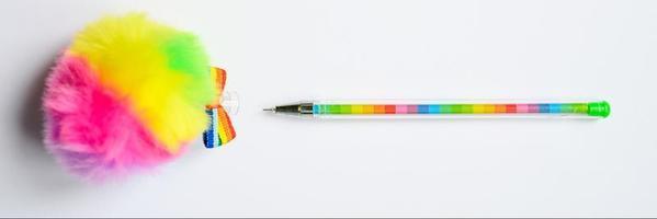 Bolígrafo multicolor sobre fondo azul. foto