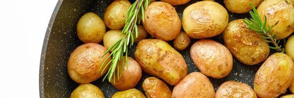 patatas asadas doradas con piel foto