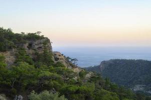 atardecer paisaje de montaña con vistas al mar mediterráneo foto