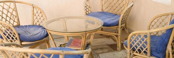 sillas de madera de mimbre y mesa de café para relajarse y socializar foto