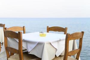 Mesas de café en el terraplén mediterráneo del mar foto