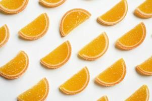 Rodajas de mermelada de naranjas aislado sobre un fondo blanco. foto