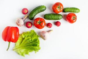 verduras frescas sobre un fondo blanco foto