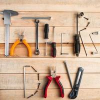 Tarjeta de felicitación del día del padre con herramientas sobre fondo de madera foto