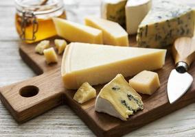 Varios tipos de queso sobre un fondo de madera blanca foto