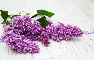 Flores de color lila sobre un fondo de madera vieja foto