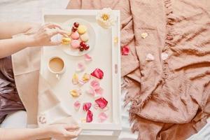 vista superior del desayuno romántico en la cama foto