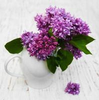 flores lilas en un jarrón foto