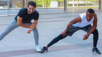 hombres jóvenes guapos vistiendo ropa deportiva haciendo ejercicio al aire libre foto