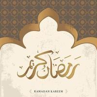 La tarjeta de felicitación de Ramadán Kareem con caligrafía árabe dorada significa acebo Ramadán y adorno islámico. aislado sobre fondo blanco. vector