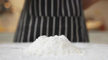 quebrando um ovo em farinha