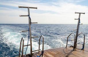 barco de alimentación con escaleras elevadas foto