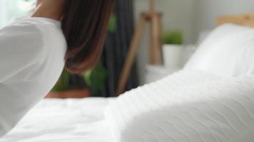 mulher cai de costas na cama