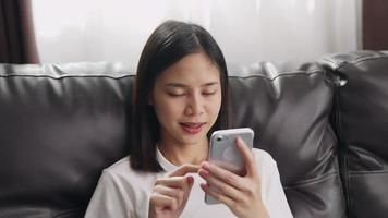 femme, sur, divan, utilisation, smartphone