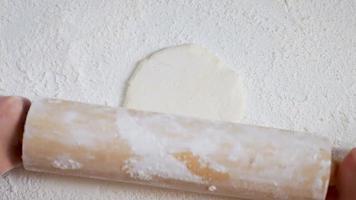 rodillo trabajando con masa en harina video