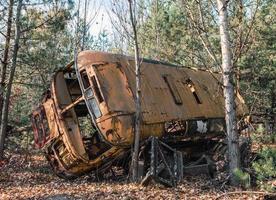 Pripyat, Ucrania, 2021 - autobús abandonado en el bosque de Chernobyl foto